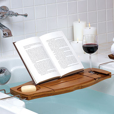 Plateau de détente bain verre de vin et livre