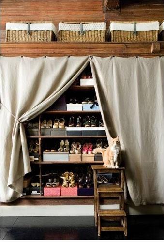 Un rideau dans un beau tissu cache de manière élégante l ...
