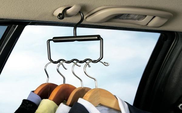 Le crochet multi-cintres pour la voiture