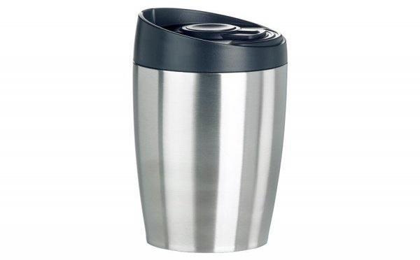 Un mug thermos voyageur pour la voiture et le bureau
