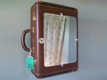 Une valise transformée en armoire à pharmacie
