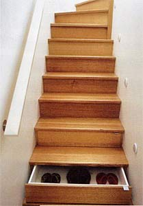 quand le banal escalier se mue en espace de rangement. Black Bedroom Furniture Sets. Home Design Ideas