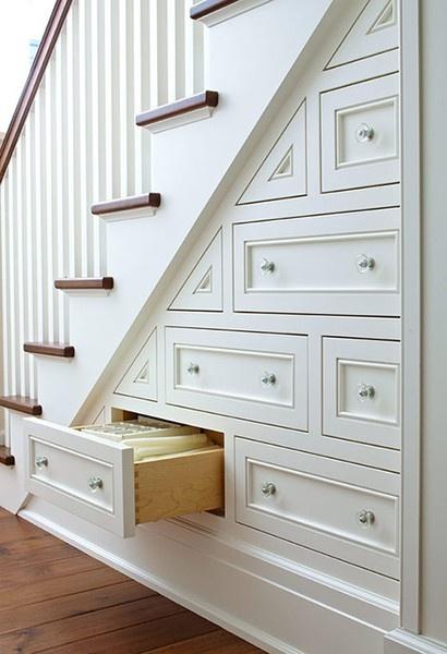 Tiroirs coulissants et placards sous escalier